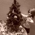 куклы украшают ёлку
